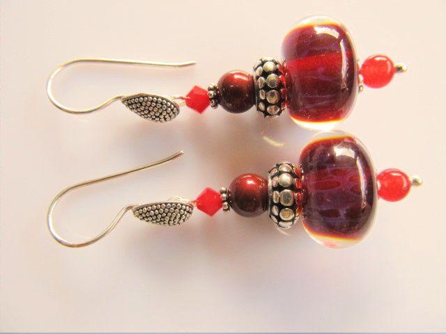 Oorbellen Leandra handgemaakte glasrondel met een swarovski parel bordeaux, rood kristalglas swarovski en een rood jade kraaltje. met hele mooi druppel oorhaak. geheel zilver