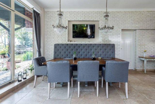 Jeżeli jadalnia i kuchnia urządzone są w ramach wspólnej, otwartej przestrzeni, podobna stylistyka obu stref spaja wnętrze. Fot. Studio Mebli Kuchennych AEG, Toruń