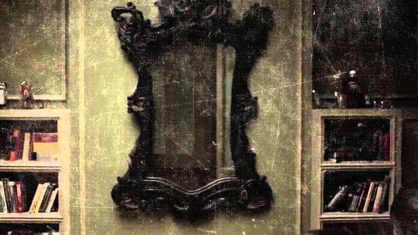 Висит у меня в прихожей старое зеркало.Осталось оно ещё от прошлых хозяев.Когда продавали мне квартиру,сказали,что бы я выкинула это зеркало как можно скорее.Я решила последовать совету и тем же вечером попыталась снять его.Но