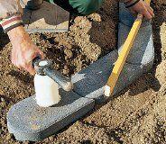 Rasenkantensteine bilden einen sauberen Abschluss zwischen Rasenkante und Beet. So verlegen Sie professionell eine Beeteinfassung.
