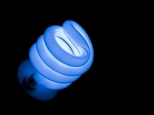 Les lampes fluorescentes Ce sont des lampes basse consommation. La lampe fluorescente appel�e aussi fluo compacte est un prototype fabriqu� � partir du tube industriel pour un usage domestique. C�est un tube fluorescent enroul� trois ou quatre fois(voir...