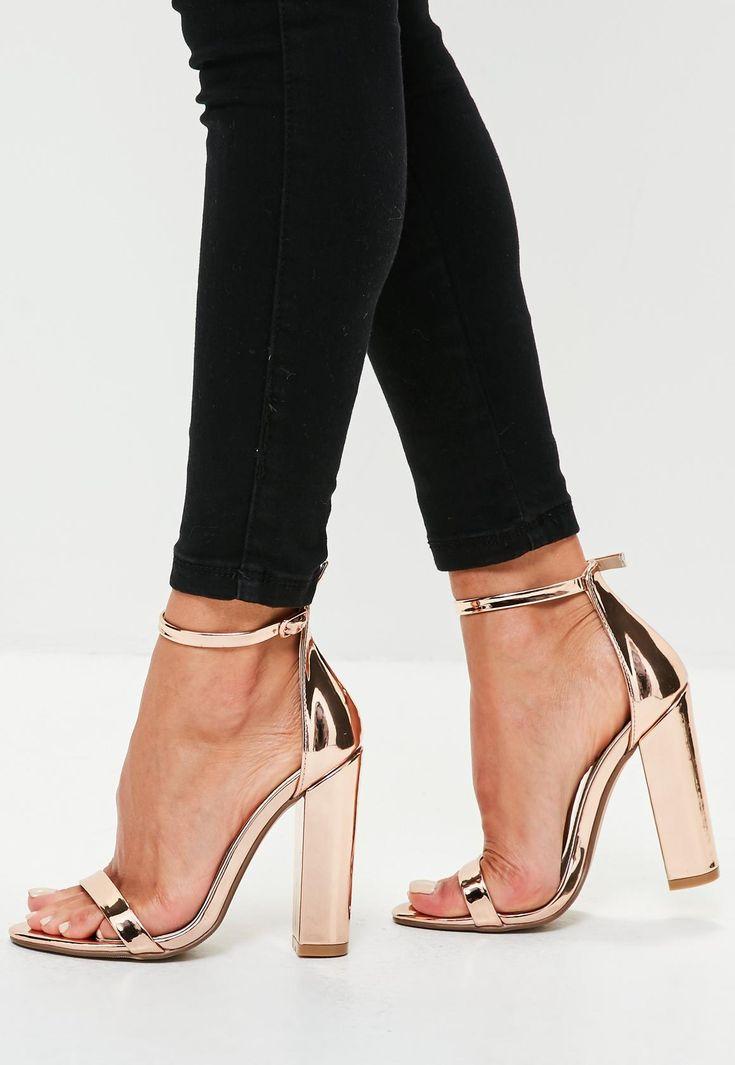 Goudroze sandalen met vierkante hakken en open voorkant.