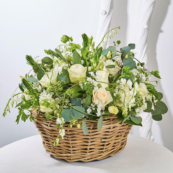Mand Stijl. Rouwstukken, rouwboeketten en troostboeketten worden over het algemeen gestuurd door mensen, die niet tot de directe familie behoren. Door bloemen te sturen betuigt u op een gepaste manier uw medeleven aan de overledene of directe familie. Gemaakt door Afscheid met Bloemen.