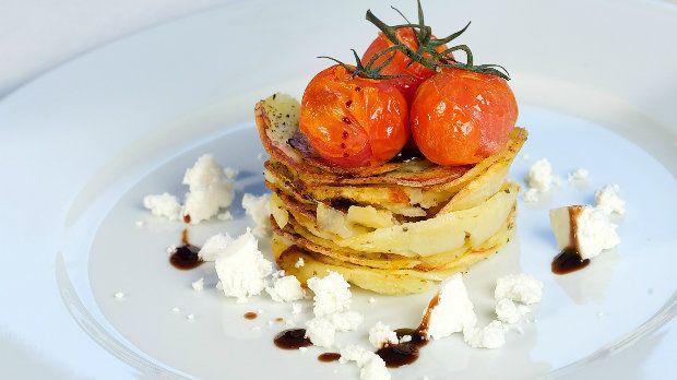 Řecké pečené brambory mohou sloužit jako lehké vegetariánské jídlo nebo jako výtečná příloha k masu. Vůně oregana, speciální chuť balzamikového krému s pomerančem a citronem a v neposlední řadě slaný sýr feta z nich učiní nezapomenutelnou lahůdku.