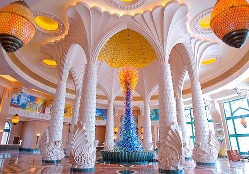 Grand Lobby mit Skulptur aus 3.000 von Hand geblasenen Glasstücken von Dale Chihuly, Foto: Atlantis The Palm,  https://www.facebook.com/Kombireise/app_316337858430294