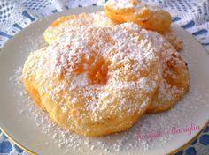 CIAMBELLINE DI MELA2 mele golden o renette 100 g di farina 00 100 ml di acqua 1 cucchiaio di olio di semi mezza tazzina da caffè di latte un pizzico di sale olio di semi di arachidi per friggere.