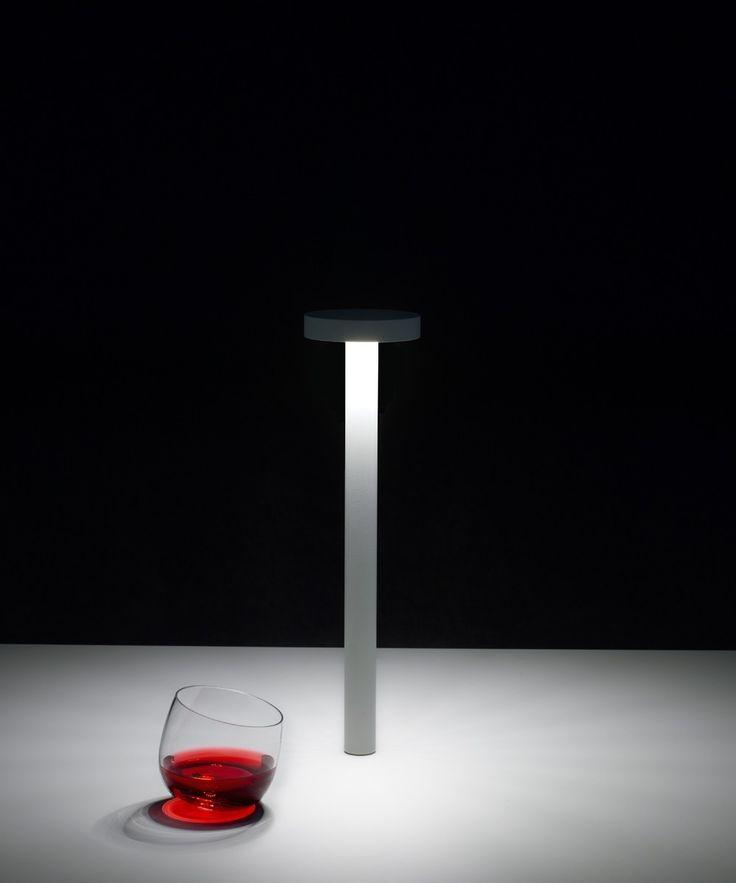 Tetatet è una lampada a batteria e quindi utilizzabile in qualsiasi situazione. Tetatet è una lampada da tavolo con base magnetica.  4 W LED - 3000 °K