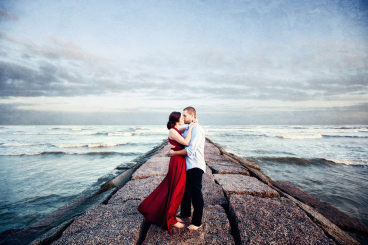 Check out these Galveston engagement photos by Steve Lee Photography! Love this Jetty picture!