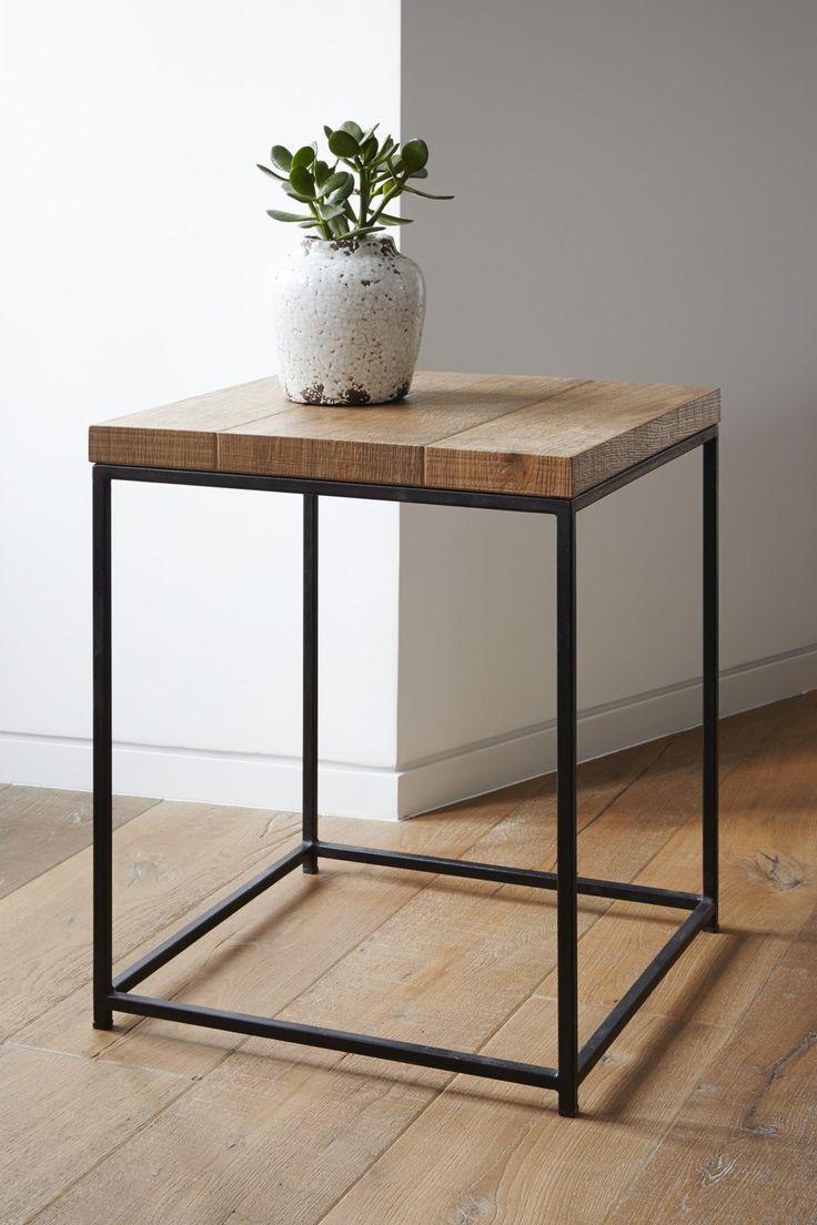Il vecchio parquet utilizzato precedentemente nell'appartamento è stato parzialmente recuperato per realizzare i tavolini da caffè.