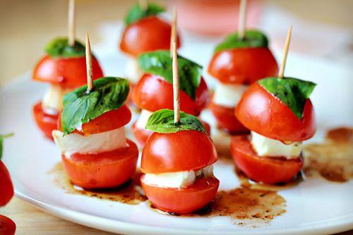 Espetinhos de tomate cereja queijo e manjericão. #petisco #festa #appetizer