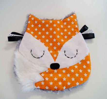 """Doudou """"renard"""" idéal comme jouet sensoriel pour votre bébé part ses différentes matières et ses étiquettes. Il est réalisé pour le devant: en velours blanc, coton orange  - 16601675"""