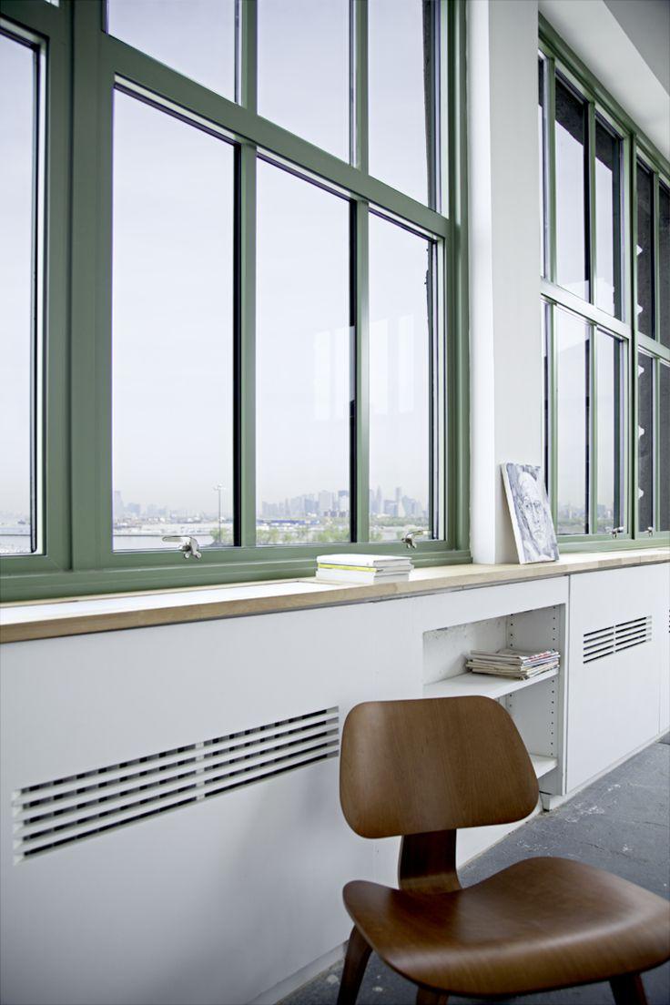 cache radiateur design avec coffrage ajouré dans un encadrement de fenêtre