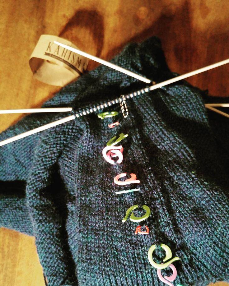 Twee dagen op zolder doorgebracht. Heerlijke schatten gevonden. Alles gesorteerd en nu terug plaats om te vullen. Nu toch nog ff die breipennen uithalen. Voor- en achterkant is afgewerkt. Mouwke breien is de boodschap. #knitting #breien #knittersofinstagram #dropsdesign #karisma #petrol #yarnpop #handmade #poweredbyrenee