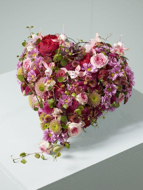 Een klein bloemstuk in de vorm van een hart | Vind meer inspiratie over bloemen voor het afscheid en de uitvaart op http://www.rememberme.nl/rouwbloemen-rouwdecoratie/