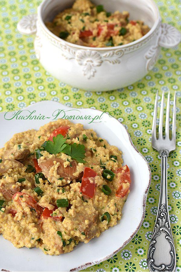 Kasza jaglana z kurczakiem - Jednogarnkowe danie składające się z kaszy jaglanej, kawałków piersi z kurczaka, papryki i natki pietruszki. Całość duszona w śmietanie. Szybki, smaczny i zdrowy obiad.