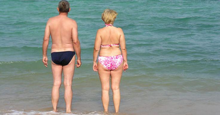 """Como eliminar a gordura dorsal. Eliminar gordura do corpo pode ser um desafio para homens e mulheres. Enquanto as mulheres reclamam de protuberâncias discretas, os homens protestam por não poderem usar roupas feitas por encomenda. Infelizmente, a realidade revela que gordura é gordura, onde quer que ela decida se estabelecer em nosso corpo. """"Não há uma maneira de identificar e ..."""