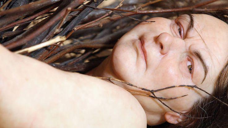 "Escultura ""Woman with Sticks"", de Ron Mueck"