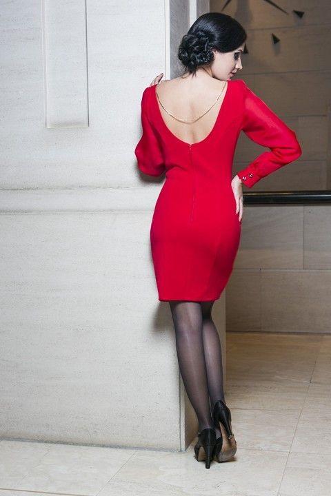 Vestido de tubo SOPHIE-R de Presumidas en color rojo, con mangas de gasa rojas y decoraciones en dorado. Cadena dorada trasera en espalda. Acabado con aseos y cremallera trasera. El largo de la falda es de 40 cm. El tejido es elástico y muy cómodo. #Presumidas #soypresumida #PresumidasElegance #moda #moda50s #años50 #1950sfashion #ropavintage #modavintage #vintagestyle #vintageoutfits #vintagetrends #pinup #pinupgirl #fiftties #fifttiesstyle #fifttiesgirl