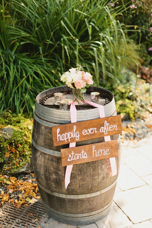 Dit vind ik erg mooi! Leuk met bordje erop Bruiloft Herald & Gerjanne. & bloemetjes op het wijnvat.