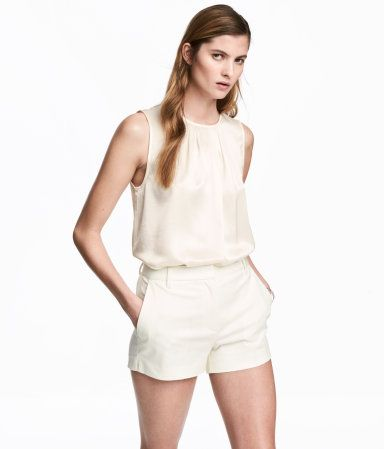 White. Short shorts in woven stretch fabric made from a cotton blend. Concealed hook-and-eye fastener and zip fly. Side pockets, mock back pocket, and short