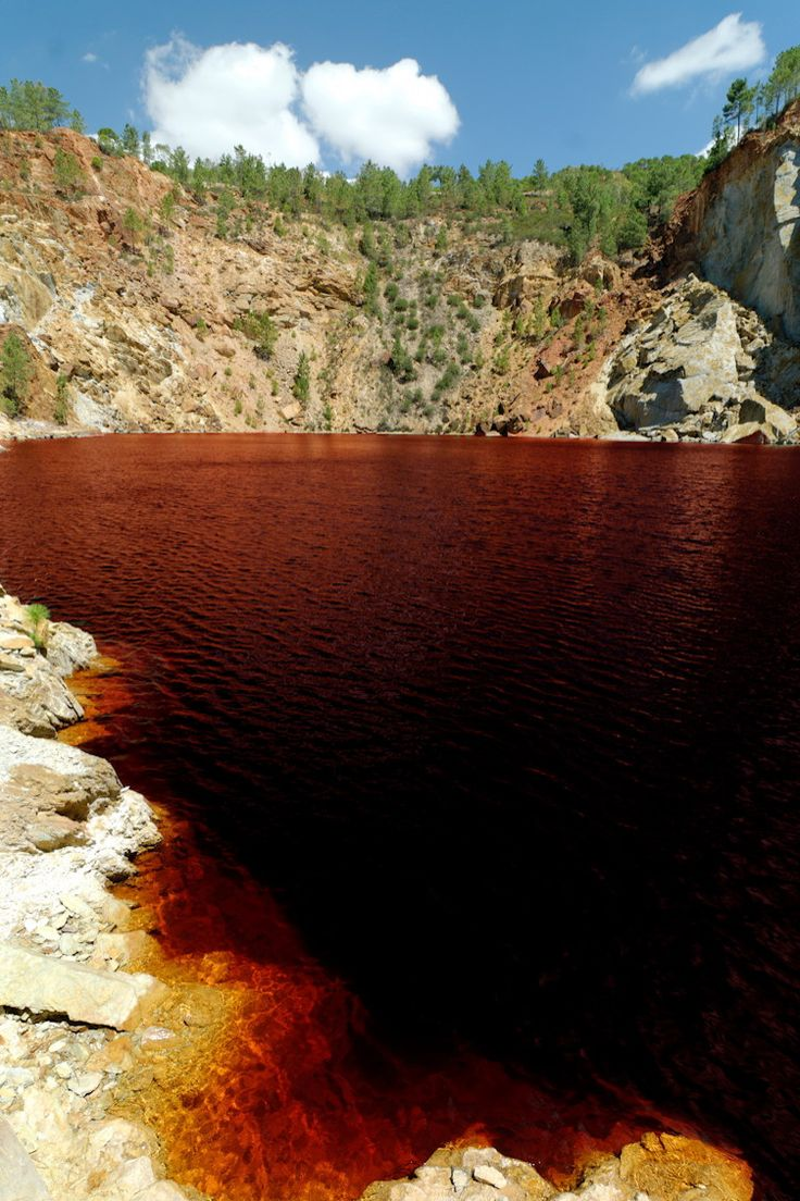 Another river, another color, and what color! Rio Tinto is a river in Andalusia, Spain. It is particularly acid and its hue is due to the iron dissolved in the water. © Pierre HELGER - Fotolia.com