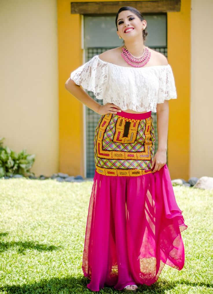 Falda Pamela - Tela: Chiffon Tipo de bordado: Cadenilla de maquina artesanal Región en la que se elabora: Istmo de Tehuantepec Diseño: Falda con el huipil original
