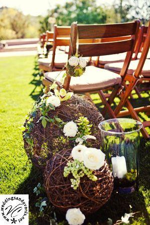 small twine balls and ribbon - aisle decoration wedding - decoratie ceremonie bruiloft - rieten ballen versierd met bloemen en lint