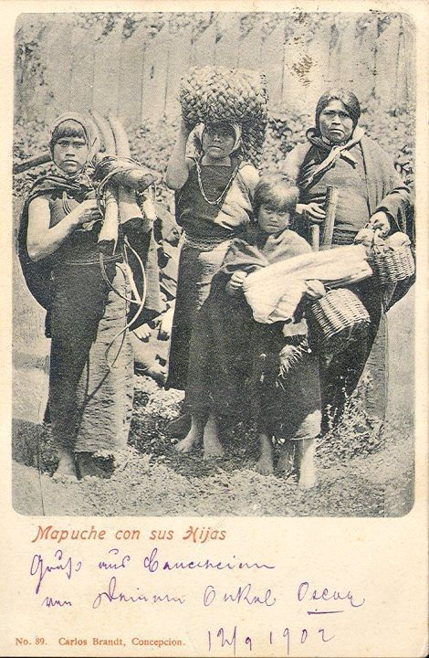 Postal. Mapuche con sus hijas, 1902. - Mapuche mother with her daughters, 1902
