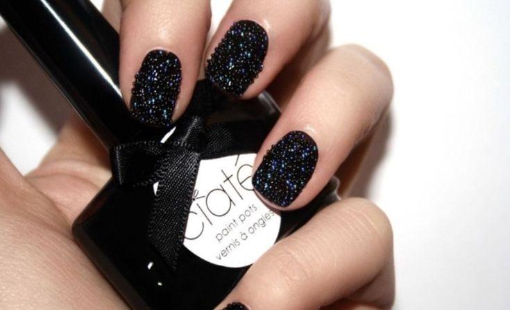 Idea decorazioni unghie di colore nero, forma tonda e corte con palline nere