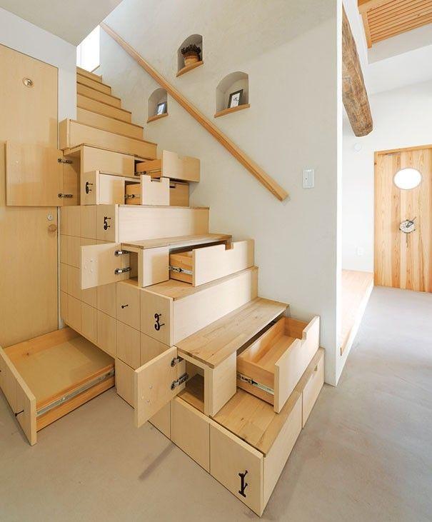 Soluzione salvaspazio in legno, con cassetti estraibili