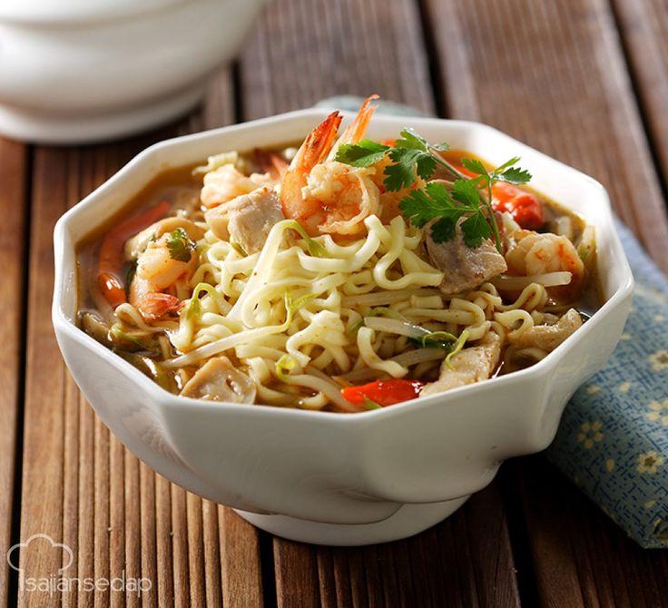 Nikmatnya sajian tomyam dapat kita terapkan dalam memasak mi rebus. Buat Mie Rebus Bumbu Tomyam ini sesaat sebelum dinikmati agar masih hangat saat disantap. Serasa makan malam mewah tanpa ke restoran
