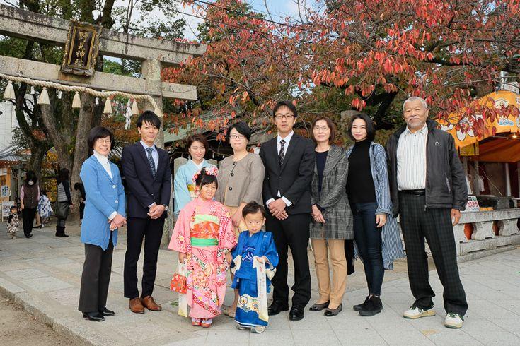 高槻市野見神社での七五三参り 鳥居前で家族親族での写真【七五三の写真】Goshi Photo