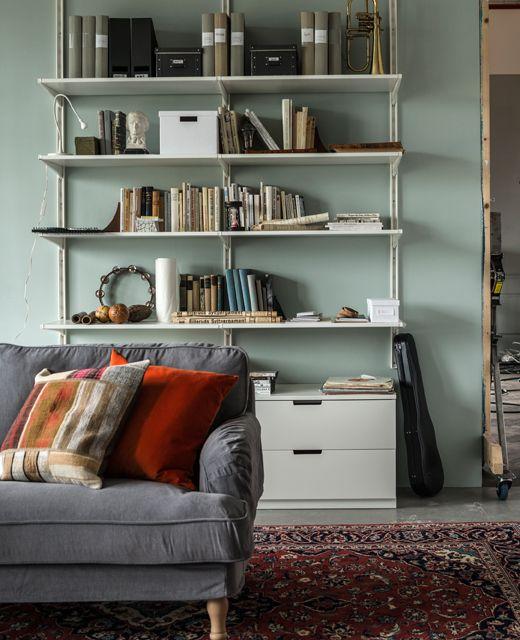 Du hast zwar weniger Platz, aber nicht unbedingt weniger Sachen. Hier sind Wände deine besten neuen Freunde. Regale, die vom Boden bis zur Decke reichen, kümmern sich von Büchern über Sammelstücke bis zu Arbeitsunterlagen um alles.