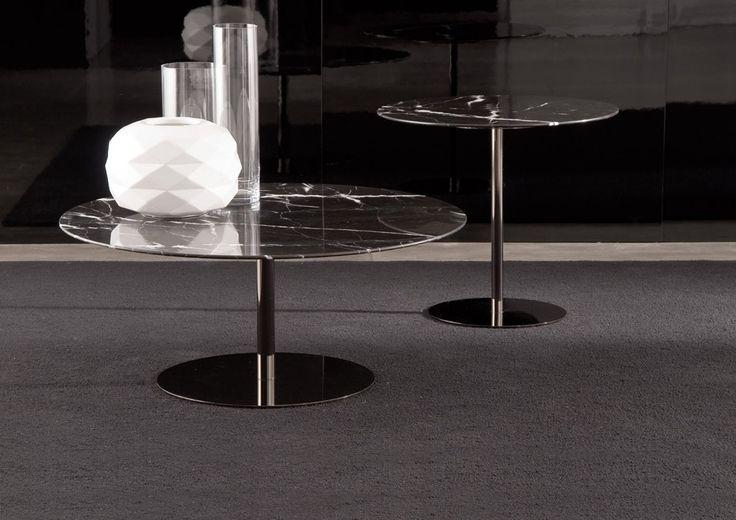 Serie di tavolini tondi, quadrati, rettangolari. Struttura in metallo con finitura Black Nickel lucido realizzata con tubo diam. mm30. Piano disponibile in marmo Calacatta o in marmo nero Marquina spessore mm.20 con sagomatura sul bordo perimetrale.