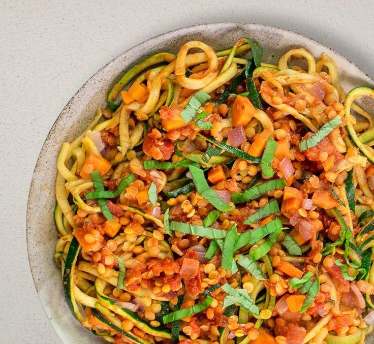 Linsen Bolognese mit Zucchini Nudeln! Eine gesunde Alternative zu Spaghetti Bolognese gesucht? Wir haben eine vegane Bolognese für dich gezaubert - und die hat es in sich! Linsen sind kleine Powerpakete, die gleich 3 Fatburner- Nährstoffe liefern: pflanzliches Eiweiß, das B-Vitamin Cholin und Magnesium. Zusammen mit knackigen Möhren, fruchtiger Tomatensauce und aromatischem Basilikum steht unsere Linsen-Bolognese dem Klassiker geschmacklich in Nichts nach. Dazu gibt's frische Zucchini…