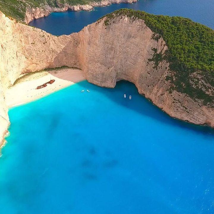 ナヴァイオビーチはギリシャの地中海に浮かぶザキントス島にある断崖の間にの入り江にある美しいビーチ。周りを崖に阻まれているために、ヨットやビーチツアー船でしか訪れることができない場所で、人気映画「紅の豚」のモデルになったとも言われているナヴァイオビーチをご紹介いたします。