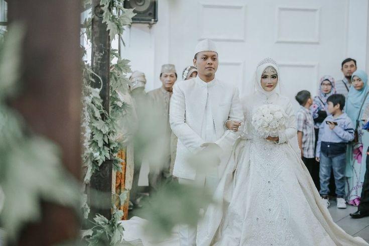 """96 Likes, 1 Comments - Laksmi Wedding Muslimah (@laksmimuslimah) on Instagram: """"Busana resepsi berwarna putih memang tidak banyak dipilih oleh sebagian pengantin. Namun, kesan…"""""""