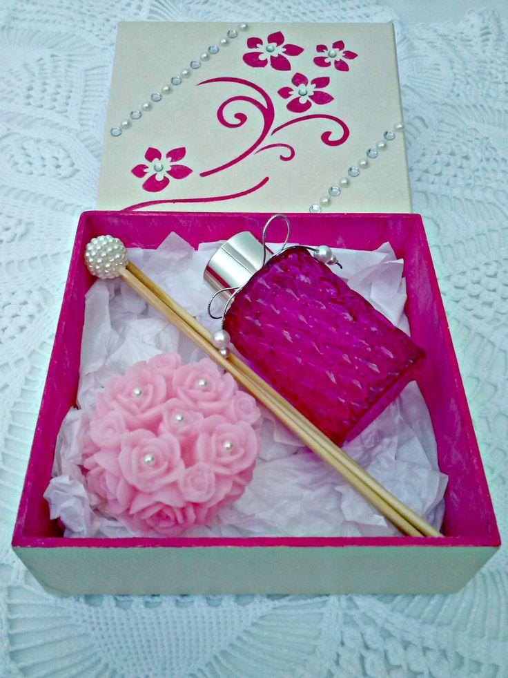 Kit caixa mdf com difusor e sabonete com pérolas    Essência à escolher entre: Bamboo, Flor de Cerejeira, Pitanga, Capim Limão, Lavanda, Limão Siciliano.    TAMANHO APROXIMADO:  Caixa mdf: 15 x 15  Difusor de varetas: 9 cm de altura s/varetas  Sabonete Flor provence: 3 cm de altura x 6.0 de largu...