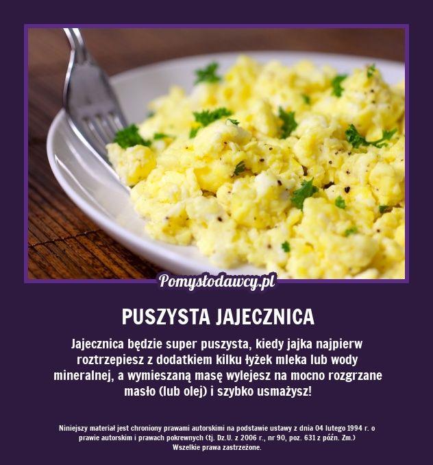 Jajecznica będzie super puszysta, kiedy jajka najpierw roztrzepiesz z dodatkiem kilku łyżek mleka lub wody mineralnej, a wymieszaną masę wylejesz na mocno rozgrzane masło (lub olej) i szybko usmażysz!