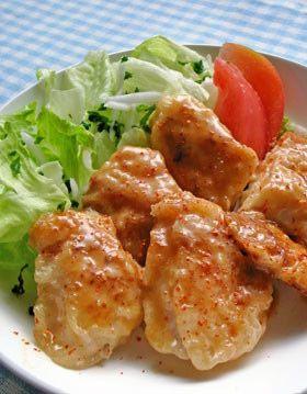鶏胸肉がこってり旨~い♪オイマヨあえ デパ地下で買った「かきのオイマヨ」のソースが美味しくって鶏胸肉で作ってみました。コッテリ、濃くって旨~。 材料 (2~3人分) 鶏胸肉1枚(200~250g) ◎酒・醤油(肉浸し用)適量 ◎片栗粉(肉まぶし用)適量 ★オイスターソース・砂糖各大さじ1 ★マヨネーズ大さじ2 ★一味唐辛子少々 http://cookpad.com/recipe/2055951