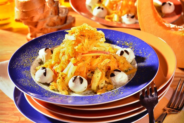 Салат из тыквы «Хэллоуин». Идеальный салат для Хэллоуина! Всего 15 минут вашего времени, а результат превосходит все ожидания. Этот ужин осчастливит даже самых прихотливых в еде детей, самое время привить им любовь к тыкве и сыру. Все ингредиенты магически полезны и вкусны. Обогатите своё осеннее меню новым ярким блюдом в угоду Всех Святых Распечатать