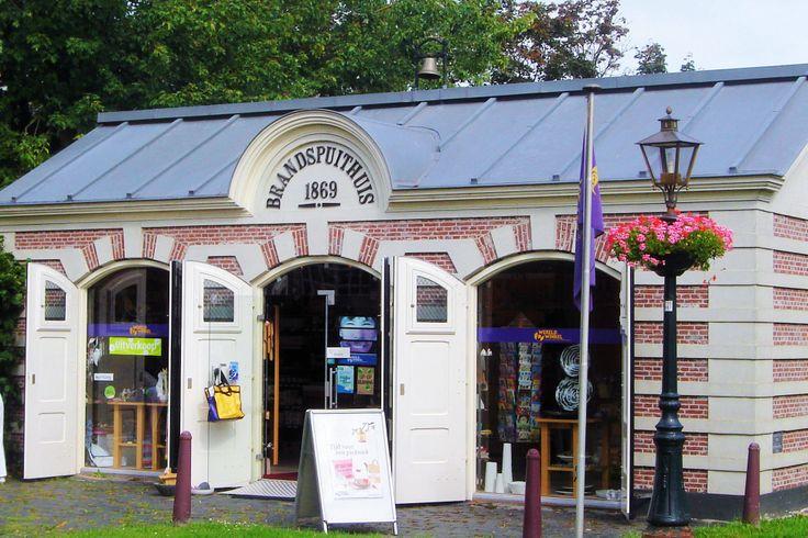 Ertegenover is het Brandspuitenhuisje, een prachtig monument uit 1869 met op het dak een ouderwetse brandbel. Sinds mei 2003 is in het historische pandje een Wereldwinkel gevestigd.