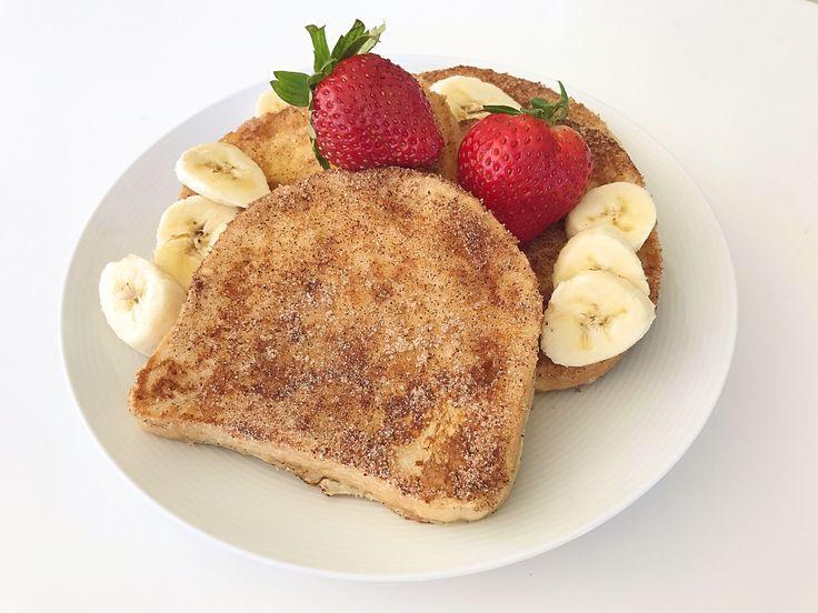 Fattiga riddare är perfekt att göra om du har några torra brödskivor hemma. Du doppar brödskivorna i pannkakssmet, steker i smör och vänder i socker och kanel. Otroligt gott och ett enkelt...