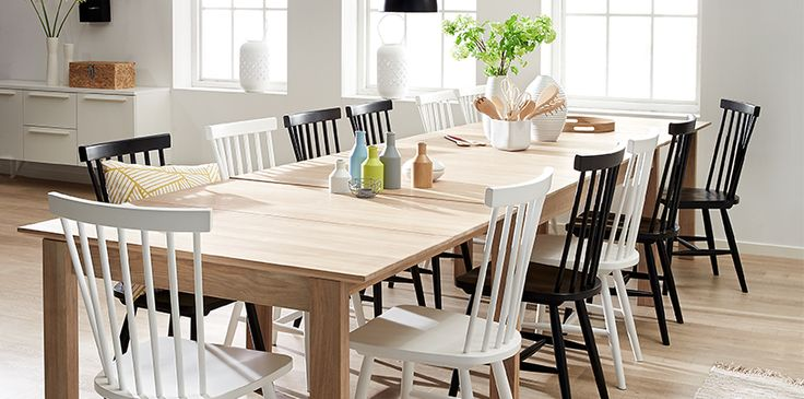 Nye stole til dit bord? Vi har mindst 25 forskellige varianter stole i alle mulige designs, farver, med og uden armlæn, i læder, træ, plast osv.