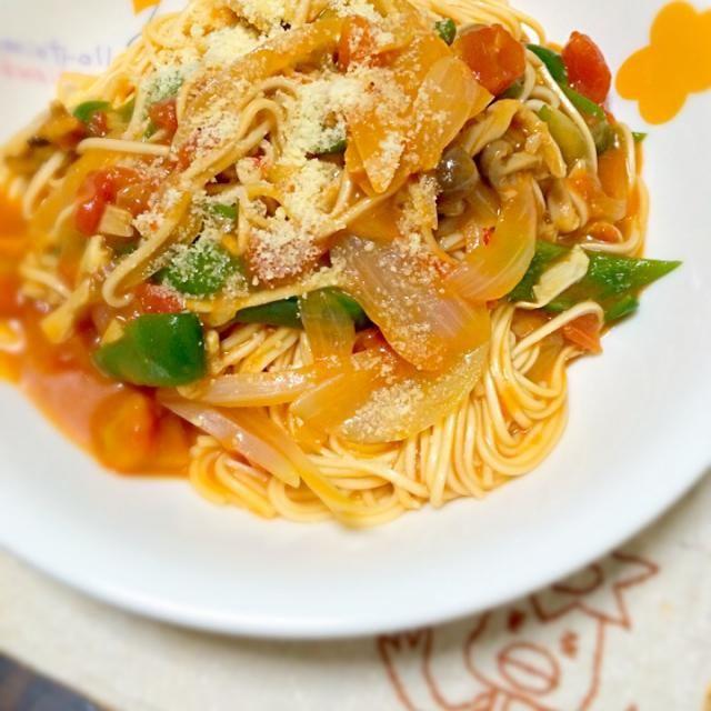 野菜を炒めてチゲスープの素にダイストマト、そこに茹でてないそうめん入れて煮込んでみた。 ちょっとしょっぱくなると思っていたので水は多めで( ̄▽ ̄) なんかとろみがついたピリ辛麺料理ができました。 仕上げに刻みくるみと粉チーズ。 なんか微妙にベジタリアンかも…。 - 85件のもぐもぐ - テキトーにあるものでー( ̄▽ ̄)アカン飯 by morimi32