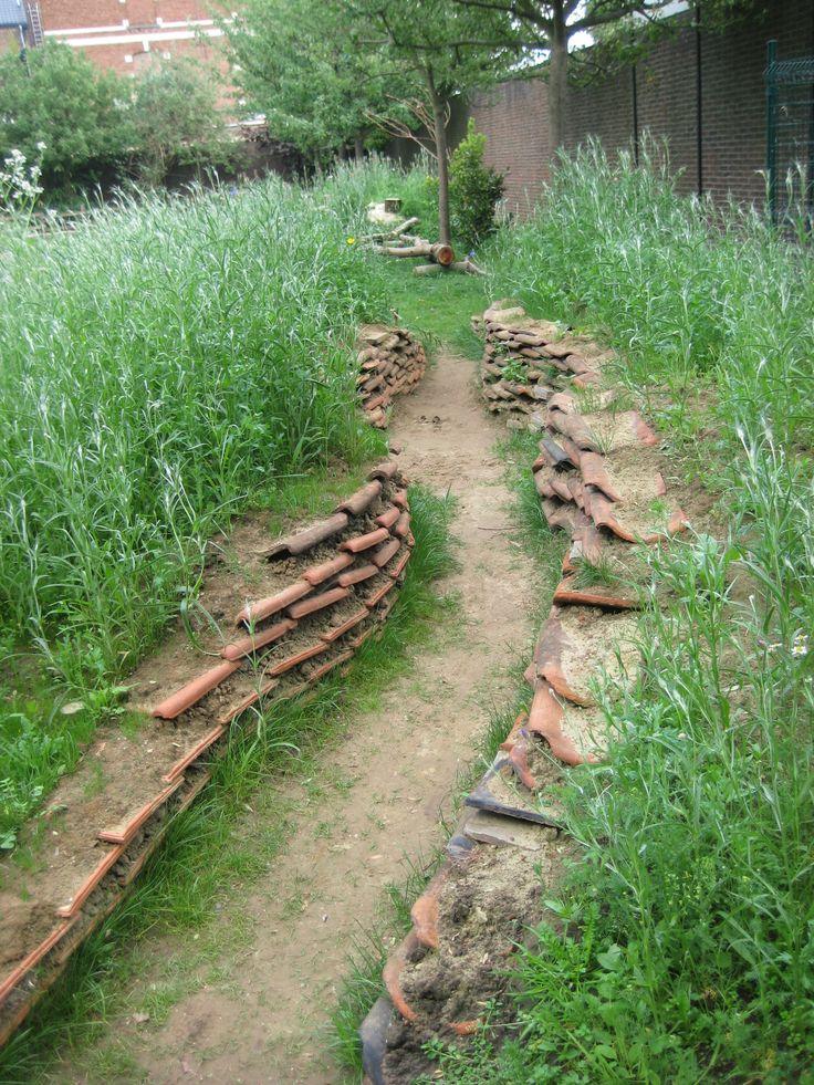 Een verdiept pad geeft een ander perspectief. De oude pannen bieden schuilplaatsen voor kriebeldiertjes.
