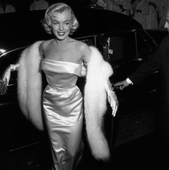 Le 1er janvier 1954, Marylin Monroe assistait à la première du film There's No Business Like Show Business à Nrew York en robe en soie et fo...