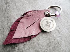 Schlüsselanhänger mit Federn aus Leder und Gravur, Geschenk / keychain with feathers made of leather and engraving, perfect gift made by Lieblingsmensch - lieblings'accessoires via DaWanda.com