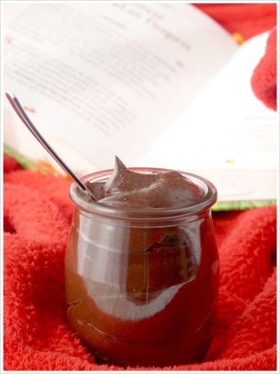"""Crème douceur cacao à l'huile essentielle d'orange douce : """"75g farine de châtaigne 40g de cacao sans sucre  40g de sucre de coco 400 ml lait de riz vanille 1 c. à soupe de purée d'amande blanche  4 gttes d'huile essentielle d'orange douce 2 pincées de sel """""""