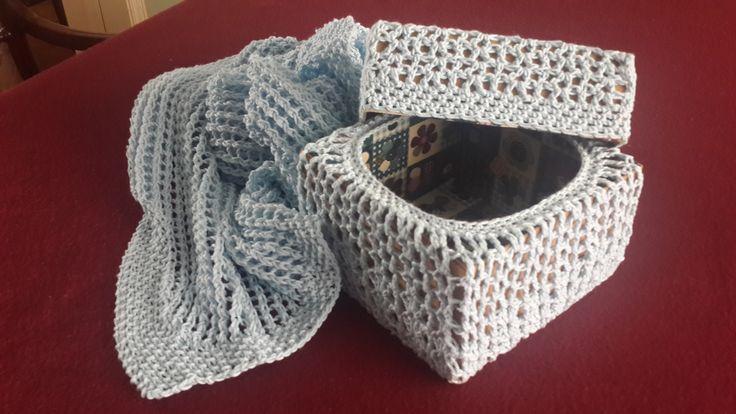 Mantita calada tejida en hilo en su caja forrada al crochet